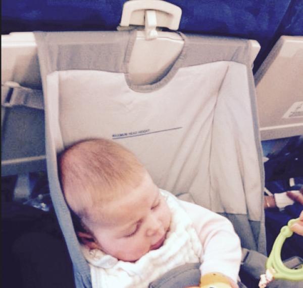 Le Flyebaby, siège-hamac pour bébé en avion remplaçant le berceau