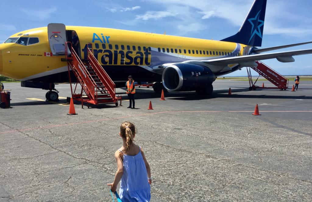 Les enfants prendront plaisir à marcher les quelques mètres qui séparent le terminal de l'avion.