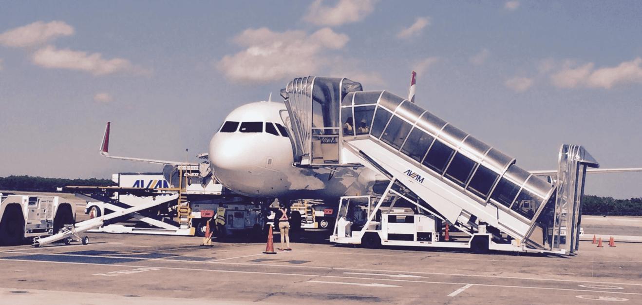 Poussette et siège d'auto en avion