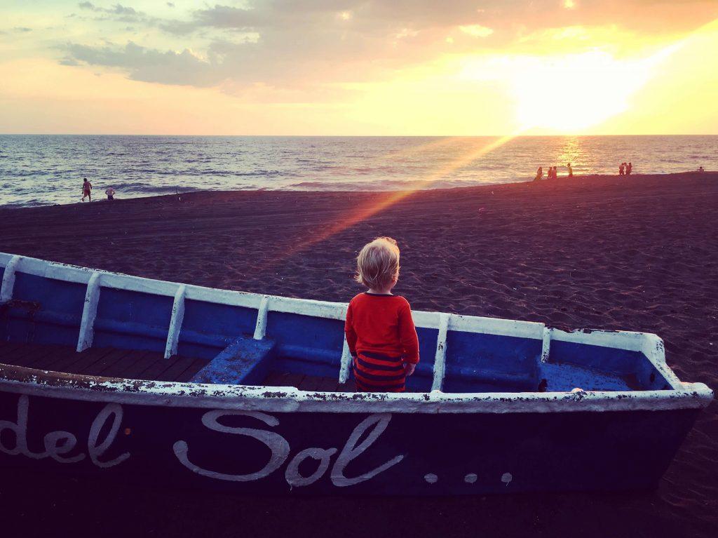 La plage du sable noir du charmant village Monterrico